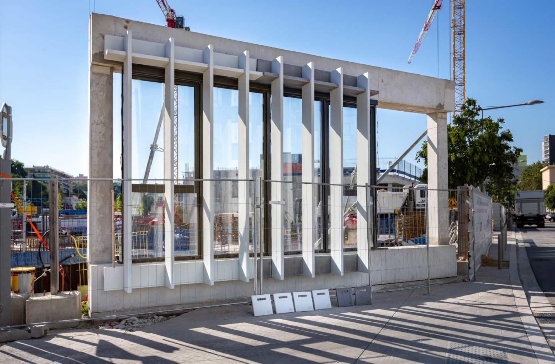 Pose de brise-soleils sur le chantier du Campus Sud des Métiers
